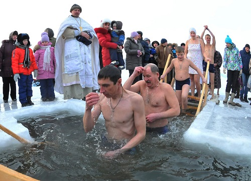 Kupanie v prorubi na Kreshchenie