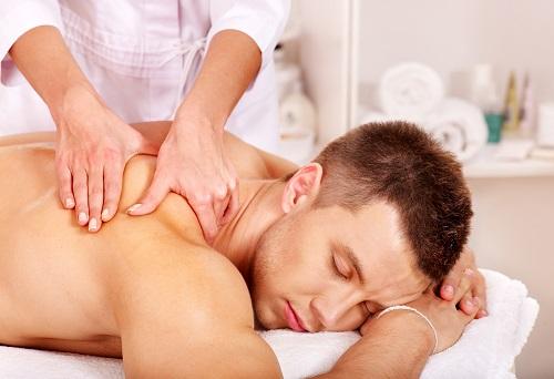 Muzhchine delayut klassicheskij massazh