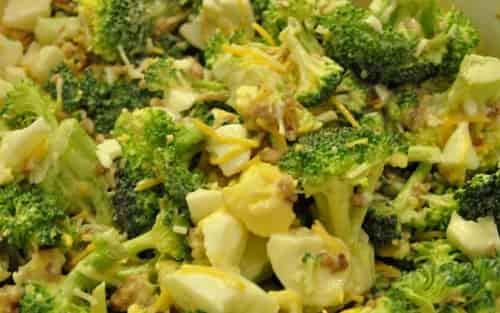 Salat s brokkoli, kuricej i syrom