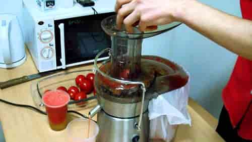 Delaem tomatnyj sok s pomoshch'yu sokovyzhimalki