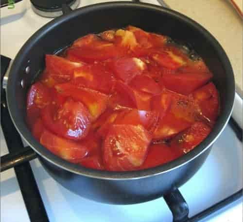 narezannye pomidory dlya prigotovleniya soka
