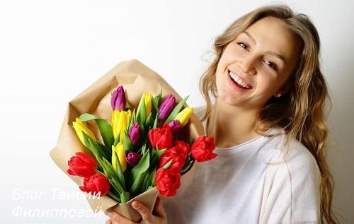zhenshchina s buketom cvetov