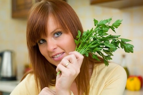 Польза и вред петрушки для здоровья женщины